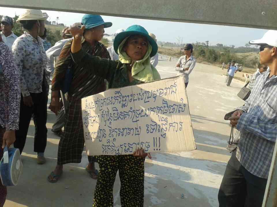 About 30 villagers protest at the gateway to Union Development Company for the respect of their rights to their land.